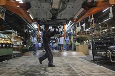 Un trabajador en la planta de ensamblaje de la firma automotriz Ford en Sao Bernardo do Campo, Brasil, ago 13 2013. La producción industrial en Brasil creció levemente en el 2013 pese a que las cifras de diciembre resultaron mucho peor que lo esperado por un desplome en la actividad del sector de bienes de capital, sugiriendo que una de las áreas más débiles de la economía nacional podría permanecer así por un tiempo. REUTERS/Nacho Doce