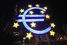 Una escultura con el símbolo del euro en las afueras del Banco Central Europeo en Fráncfort, jun 29 2012. La liquidez excesiva en los mercados de dinero de la zona euro bajaría esta semana a los niveles que provocaron volatilidad en las tasas de los préstamos interbancarios el mes pasado. REUTERS/Alex Domanski