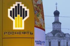 El logo de Rosneft a las afueras de una gasolinería en Moscú, nov 12 2013. Rosneft evalúa proyectos en México en los que podría asociarse con importantes petroleras como Exxonmobil, Statoil o Eni, dijo el martes a Reuters el vicepresidente de la gigante rusa, Svyatoslav Slavinskiy. REUTERS/Maxim Shemetov