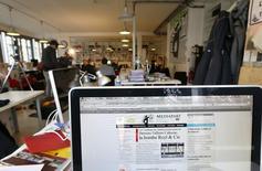 Dans les bureaux parisiens de Mediapart, objet d'un redressement fiscal pour avoir appliqué le taux de 2,1% au lieu de 19,6% avant le 1er janvier 2014. Les députés ont adopté mardi à l'unanimité une proposition de loi socialiste qui harmonise les taux de TVA applicables à la presse imprimée et à la presse en ligne pour alléger le fardeau fiscal de cette dernière. /Photo prise le 8 avril 2013/REUTERS/Charles Platiau