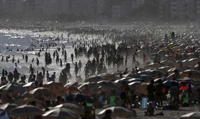 People crowd on Ipanema beach during a summer day in Rio de Janeiro January 30, 2014. REUTERS/Ricardo Moraes