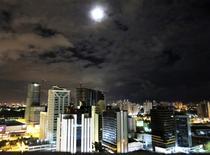 Una serie de edificios en Salvador, Brasil, dic 4 2012. Con pocos hoteles y precios por las nubes, algunos brasileños esperan forrarse alquilando cuartos y apartamentos durante el Mundial de fútbol que comienza en junio. REUTERS/Gary Hershorn