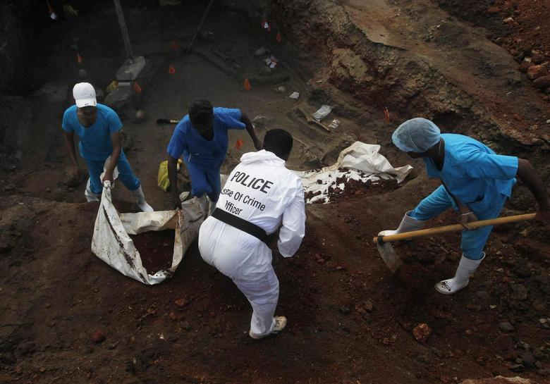 Police officers and doctors dig up skeletons at a construction site in the former war zone in Mannar, about 327 km (203 miles) from the capital Colombo, January 16, 2014. REUTERS/Dinuka Liyanawatte