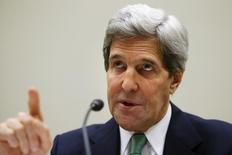 Госсекретарь США Джон Керри выступает перед Комитетом по иностранным делам Палаты представителей в Вашингтоне 10 декабря 2013 года. Россия в ближайшее время не начнет покупать нефть из Ирана в обмен на товары, так как США предупредили Москву и Тегеран о возможных санкциях, сообщила заместитель госсекретаря США. REUTERS/Jonathan Ernst