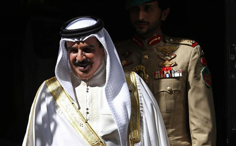 Bahrain's King Hamad bin Isa Al Khalifa departs after his meeting with Britain's Prime Minister David Cameron at Number 10 Downing Street in London August 6, 2013. REUTERS/Suzanne Plunkett