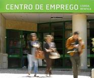 Agence pour l'emploi à Lisbonne. Le taux de chômage au Portugal a baissé pour le troisième trimestre consécutif au cours des trois derniers mois de 2013, revenant à 15,3% contre 15,6% sur juillet-septembre. /Photo d'archives/REUTERS/Jose Manuel Ribeiro