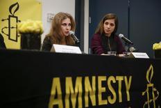 As integrantes da banda de punk rock russa Pussy Riot Nadezhda e Maria Alyokhina durante coletiva de imprensa em Nova York. As integrantes da Pussy Riot se transformaram em ativistas globais dos direitos humanos depois de serem presas por vandalismo, mas na terça-feira prometeram voltar aos palcos como artistas. 4/02/2014. REUTERS/Shannon Stapleton