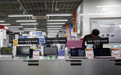 Computadores Vaio de Sony Corp en una tienda de productos electrónicos en Tokio, feb 5, 2014. Sony Corp está en conversaciones con el fondo de inversión Japan Industrial Partners para vender su división de computadoras personales Vaio, dijo el miércoles una fuente familiarizada con el asunto. REUTERS/Yuya Shino