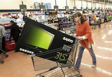 Una mujer empuja un carro de supermercado con un televisor en su interior en una tienda de la cadena Wal-Mart en Ciudad de México, nov 17 2011. El índice desestacionalizado de confianza del consumidor en México fue de 83.4 en enero, dijo el miércoles el instituto de estadísticas. REUTERS/Henry Romero