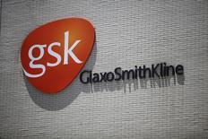 O logotipo da GlaxoSmithKline, visto em seu escritório em Xangai. A GlaxoSmithKline previu recuperação no crescimento das vendas de cerca de 2 por cento neste ano, com a melhora da produtividade em seus laboratórios de pesquisa e uma moderação na pressão sobre vendas na China após um escândalo de suborno. 12/07/2013 REUTERS/Aly Song