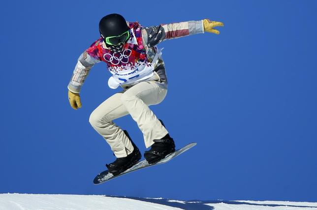 U.S. snowboarder Shaun White speeds down the hill during snowboard slopestyle training at the 2014 Sochi Winter Olympics in Rosa Khutor, February 3, 2014. REUTERS/Mike Blake