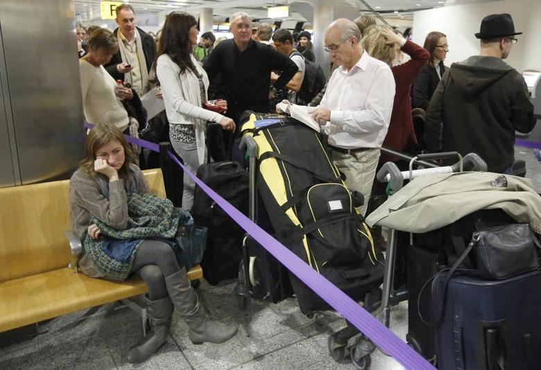 Passengers queue in Terminal 3 at Heathrow Airport in west London December 7, 2013. REUTERS/Luke MacGregor