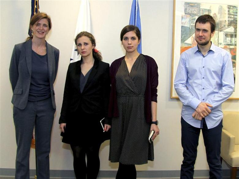 U.S. Ambassador to the United Nations Samantha Power (L) meets (L-R) Maria Alyokhina and Nadezhda Tolokonnikova of the Russian dissident band Pussy Riot and Nadezha's husband Pyotr Verzilov at the U.S. Mission to the United Nations in New York February 5, 2014. REUTERS/Louis Charbonneau