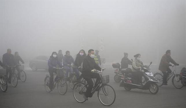 2月4日、中国の大気汚染は目に見えて深刻だが、この問題への対処が、もう1つの大きな環境リスクである「水の問題」を増幅させる恐れがある。写真は黒竜江省・大慶で昨年10月撮影(2014年 ロイター)