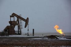 Станок-качалка на нефтяном месторождении в Уиллистоне, штат Северная Дакота, 11 марта 2013 года. Цены на нефть Brent держатся выше $106 за баррель, а разница с ценой американского эталона WTI сокращается в связи с новой волной холодов в США. REUTERS/Shannon Stapleton