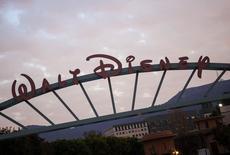 """Штаб-квартира Walt Disney в Бербанке, штат Калифорния, 18 декабря 2013 года. Медиагигант Walt Disney Co сообщил о росте прибыли за минувший квартал, превысившем ожидания Уолл-стрит благодаря хорошим результатам спортивной сети ESPN и высоким сборам анимационного блокбастера """"Холодное сердце"""". REUTERS/Eric Thayer"""