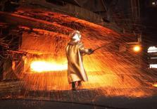 Рабочий в цеху никелевого завода PT Vale Tbk близ индонезийского города Сороако 8 января 2014 года. Рост мировой экономики оставался стабильным в начале 2014 года, указывая на квартальное расширение ВВП на 3 процента, свидетельствуют результаты исследования, показавшего, что подъем снова определяют производители. REUTERS/Yusuf Ahmad