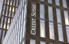 Логотип Credit Suisse на офисном здании в Цюрихе 24 октября 2013 года. Прибыль Credit Suisse в четвертом квартале 2013 года не достигла прогнозов в результате повышения юридических расходов. REUTERS/Arnd Wiegmann