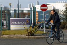 AstraZeneca s'attend à une nouvelle baisse de ses résultats cette année, la concurrence des génériques pesant sur les profits de ses principaux médicaments. /Photo d'archives/REUTERS/Darren Staples