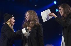 """Мадонна представляет участниц Pussy Riot Марию Алёхину и Надежду Толоконникову на концерте, органинизованном Amnesty International в Нью-Йорке 5 февраля 2014 года. Поп-звезда представила нью-йоркской публике освобожденных из российской тюрьмы девушек из панк-группы Pussy Riot, и они посвятили выступление узникам """"болотного дела"""", ставшего символом подавления уличного протеста с возвращением Владимира Путина в Кремль на третий срок. REUTERS/Carlo Allegri"""