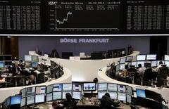 Les Bourses européennes accentuaient leur rebond jeudi à mi-séance et Wall Street était attendue en légère hausse, dans l'espoir que la Banque centrale européenne et le rapport sur l'emploi aux Etats-Unis de vendredi apaiseront les inquiétudes qui ont entraîné deux semaines de correction, notamment sur les marchés émergents. À Francfort, le Dax prenait 1,2% vers 13h et le CAC 40 progressait de 1,26% à la Bourse de Paris. /Photo prise le 6 février 2014/REUTERS/Remote