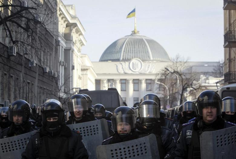 Police troops stand guard during an anti-government rally near the parliament building in Kiev February 6, 2014. REUTERS/Gleb Garanich