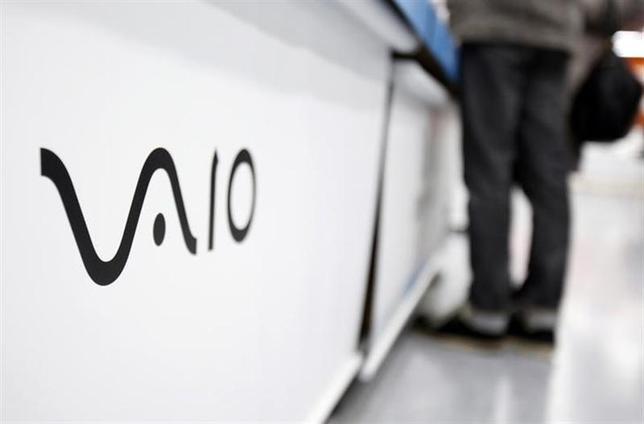 2月6日、ソニーは、PC事業を日本産業パートナーズに売却することで合意したと発表した。写真はソニーのPC「VAIO」のロゴ。都内の家電店で5日撮影(2014年 ロイター/Yuya Shino)