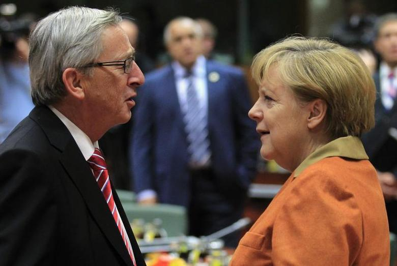 Luxembourg's Prime Minister Jean-Claude Juncker (L) talks with Germany's Chancellor Angela Merkel during an European Union leaders summit at the European Council headquarters in Brussels October 18, 2012. REUTERS/Yves Herman