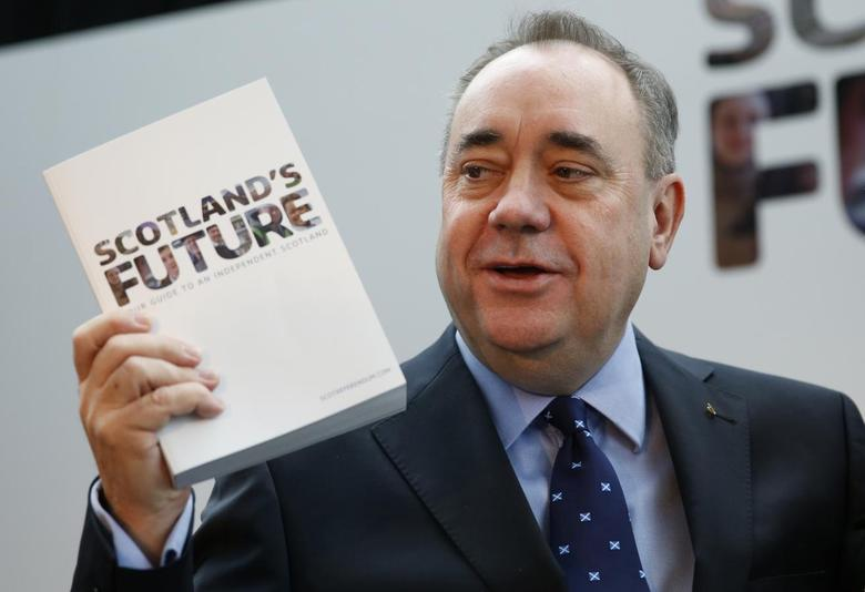 Scotland's First Minister Alex Salmond holds the referendum white paper on independence during its launch in Glasgow, Scotland November 26, 2013. REUTERS/Russell Cheyne