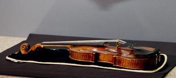 Un violon Stradivarius vieux de trois siècles qui avait été volé la semaine dernière a été retrouvé, a priori en bon état, dans le grenier d'une maison de Milwaukee, dans le Wisconsin. /Photo prise le 6 février 2014/REUTERS/Darren Hauck