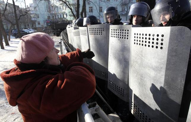 An anti-government demonstrator speaks to riot police near the parliament building in Kiev February 6, 2014. REUTERS/Valentyn Ogirenko