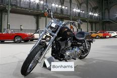 Une Harley-Davidson offerte au pape François en juin dernier par le fabricant de moto et dédicacée par le souverain pontife a été adjugée à plus de 240.000 euros, soit près de vingt fois sa valeur estimée, lors d'une vente aux enchères organisée jeudi au Grand Palais, à Paris par la maison d'enchères Bonhams. /Photo prise le 5 février 2014/REUTERS/Benoît Tessier