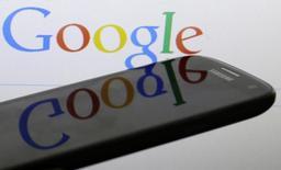 Foto de archivo del logo de Google reflejado en un smartphone Samsung Galaxy S4. Ene 31, 2014. Google Inc presentó el jueves un sistema de videoconferencias para empresas, el esfuerzo más reciente de la compañía de búsquedas en internet por generar ingresos a partir de sus clientes corporativos. REUTERS/David W Cerny