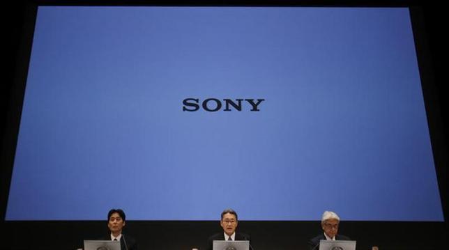 2月7日、甘利経済再生相は、ソニーの経営不振について「(各社とも)業績を改善してきた中で一人負けの状況」と語った。写真は6日、記者会見するソニーの経営陣(2014年 ロイター/Toru Hanai)