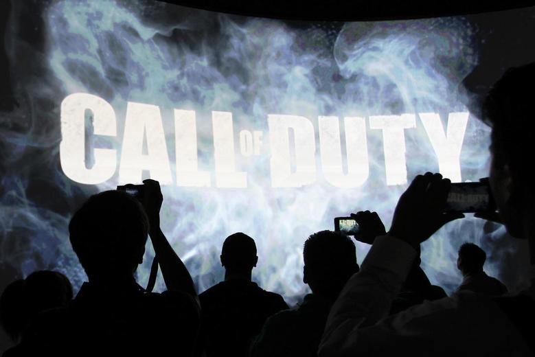 People watch a demonstration of Call of Duty at the Activision exhibit at E3, the Electronic Entertainment Expo, in Los Angeles, California, June 11, 2013. REUTERS/David McNee