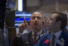 Трейдеры на Нью-Йоркской фондовой бирже 27 января 2014 года. Американские фондовые индексы показали в четверг лучшие дневные результаты с начала года благодаря данным о сокращении количества заявок на пособия по безработице в США, а отчет Disney превзошел ожидания рынка. REUTERS/Brendan McDermid