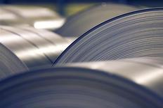 ArcelorMittal anticipe une hausse de ses bénéfices cette année, à la faveur d'une hausse des livraisons d'acier et de minerai de fer. Le directeur général Lakshmi Mittal a dit que le premier sidérurgiste mondial faisait preuve d'un optimisme prudent quant à ses perspectives de 2014. /Photo d'archives/REUTERS/Vincent Kessler