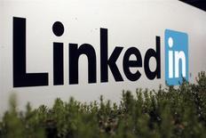 Le chiffre d'affaires publié par LinkedIn au titre du quatrième trimestre est meilleur que prévu mais ses prévisions pour cette année ont déçu les analystes. Le chiffre d'affaires du réseau social pour professionnels a augmenté de 47% au quatrième trimestre, à 447,2 millions de dollars (329 millions d'euros). /Photo d'archives/REUTERS/Robert Galbraith