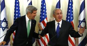 Госсекретарь США Джон Керри и премьер-министр Израиля Биньямин Нетаньяху во время пресс-брифинга в штабе премьера в Иерусалиме 15 сентября 2013 года. Администрация США обратила пристальное внимание на ряд компаний в Европе и на Ближнем Востоке ввиду несоблюдения ими санкций против Ирана, дав понять, что Вашингтон твердо намерен продолжать оказывать давление на Тегеран в связи с ядерной программой Исламской республики. REUTERS/Larry Downing