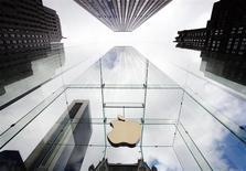 Apple a racheté pour 14 milliards de dollars de ses propres actions depuis la publication, le 27 janvier, de résultats trimestriels qui avaient déçu les investisseurs. /Photo d'archives/REUTERS/Lucas Jackson