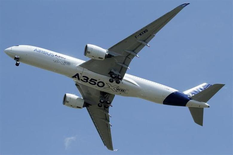 The new Airbus A350 flies over Toulouse-Blagnac airport during its maiden flight in southwestern France, June 14, 2013. REUTERS/Jean-Philippe Arles/Files