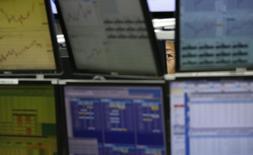 Сотрудник трейдинговой компании сидит на своем рабочем месте в Токио 27 января 2014 года. Азиатские фондовые рынки снизились за неделю из-за распродажи на развивающихся рынках и опасений, что рост мировой экономики замедляется. REUTERS/Toru Hanai