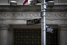 Wall Street a ouvert en hausse vendredi malgré le chiffre inférieur aux attentes des créations d'emploi aux Etats-Unis en janvier. Quelques minutes après le début des échanges, le Dow Jones gagne 0,32%, le S&P-500 progresse de 0,58% et le Nasdaq prend 0,77%. /Photo prise le 4 février 2014/REUTERS/Brendan McDermid