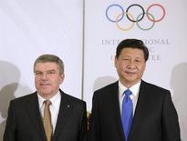 """Presidente do Comitê Olímpico Internacional, Thomas Bach, posa para foto ao lado do presidente da China, Xi Jinping, em Sochi. Xi Jinping disse que a Olimpíada de Inverno de Sochi, que começa oficialmente na sexta-feira, será """"esplêndida"""", segundo relato da imprensa estatal chinesa após encontro dele com o presidente russo, Vladimir Putin, na cidade-sede, na quinta-feira. 6/02/2014. REUTERS/Andrej Isakovic/Pool"""