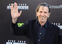 """Ator Leonard Nimoy posa para foto ao chegar para a etreia de """"Star Trek - Into the Darkness"""", em Hollywood. Nimoy, conhecido por interpretar o personagem Spock na série """"Star Trek"""", disse que está """"indo bem"""" após ser diagnosticado com uma doença pulmonar, e aconselhou seus fãs a pararem de fumar. 14/05/2013. REUTERS/Fred Prouser"""