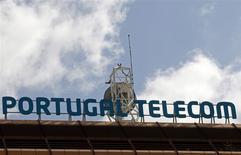 Una antena sobre la casa matriz de Portugal Telecom en Lisboa, feb 28 2013. Portugal Telecom confía en que su plan de fusión con la brasileña Oi se completará en el segundo trimestre y no ve ningún obstáculo importante de parte de los accionistas minoritarios o los reguladores, dijo el viernes el presidente ejecutivo de PT, Henrique Granadeiro. REUTERS/Jose Manuel Ribeiro