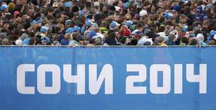 """Unas personas en la fila de ingreso a la ceremonia de apertura de los Juegos Olímpicos de Invierno en Sochi, feb 7 2014. Google ha colocado una versión arcoiris de su logo en su página de búsquedas, aumentando la presión sobre el presidente ruso, Vladimir Putin, por la ley de """"propaganda gay"""" en los Juegos Olímpicos de Sochi. REUTERS/Mark Blinch"""