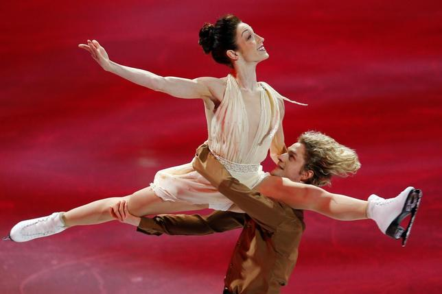Ice dance gold medallists Meryl Davis and Charlie White (R) skate during an exhibition event at the conclusion of the U.S. Figure Skating Championships in Boston, Massachusetts January 12, 2014. REUTERS/Brian Snyder