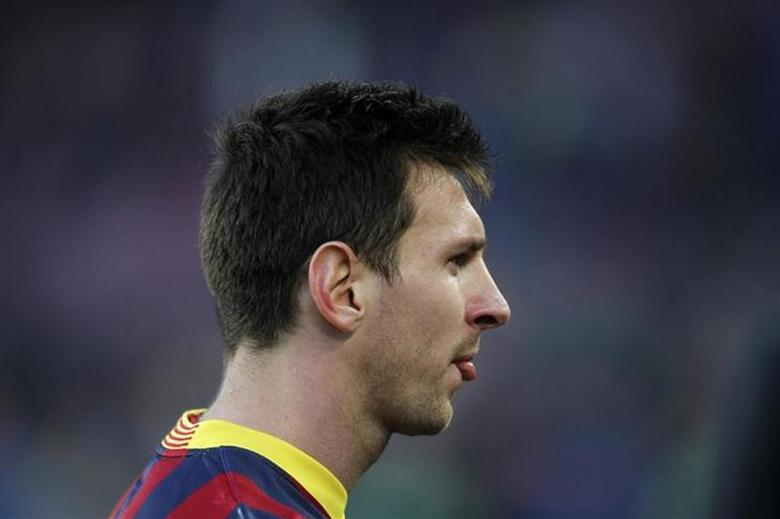 Barcelona's Lionel Messi leaves the pitch at the end of the Spanish first division soccer match against Valencia at Camp Nou stadium in Barcelona February 1, 2014. REUTERS/Albert Gea
