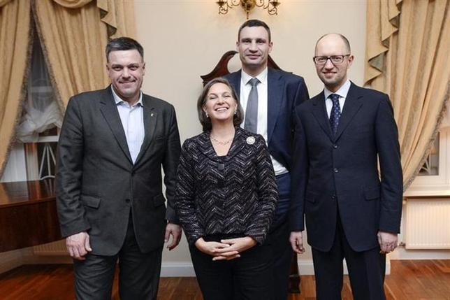 Ukrainian opposition leaders Oleh Tyahnybok (L), Vitaly Klitschko (2nd R, back) and Arseny Yatsenyuk (R) pose for a picture with U.S. Assistant Secretary of State for European and Eurasian Affairs Victoria Nuland during a meeting in Kiev February 6, 2014. REUTERS/Andrew Kravchenko/Pool